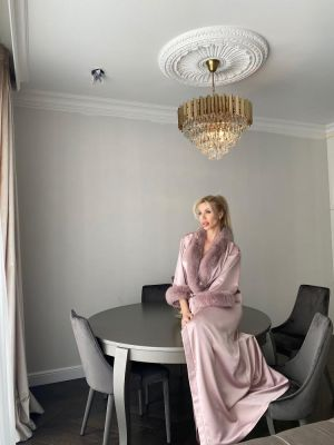 Long satin robe with fox fur decor in dusty rose
