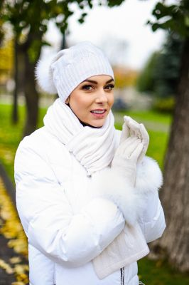 Cashmere hat, scarf and wool gloves set in white