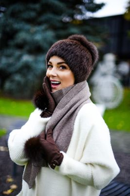 Wool gloves with brown fox fur pompoms